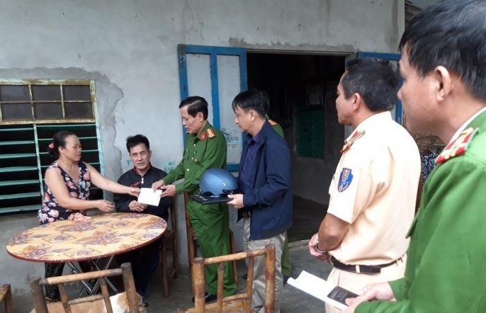 Đại tá Nguyễn Đức Cảm, Phó Giám đốc Công an tỉnh Quảng Trị, Phó trưởng ban ATGT tỉnh cùng lãnh đạo Văn phòng Ban ATGT, Phòng CSGT và Công an TP Đông Hà thăm hỏi, động viên gia đình nạn nhân TNGT