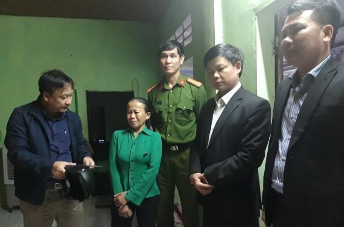 Đại diện Ban ATGT tỉnh Quảng Trị và Ban ATGT huyện Triệu Phong đến thăm hỏi động viên và trao hỗ trợ cho gia đình nạn nhân TNGT tại xã Triệu Vân