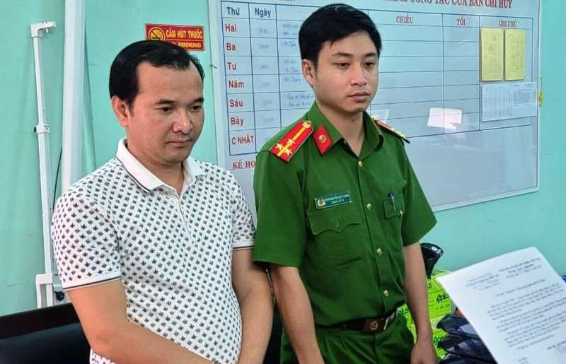 Công an đang đọc lệnh bắt tạm giam ông La Xuân Thành. Ảnh: C.A