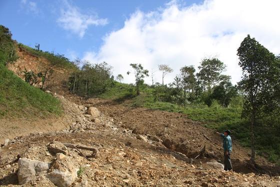 Một điểm sạt lở chỉ cách khu vực sinh sống nhiều hộ dân thuộc thôn Hồ khoảng 50 m
