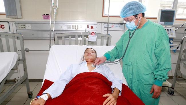 Một bệnh nhân nhiễm bệnh Whitmore được các bác sĩ chăm sóc. Ảnh: T.H.