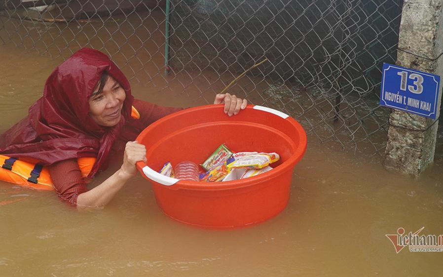 Người dân Quảng Bình nhận hàng cứu trợ trong đợt lũ lụt hồi giữa tháng 10 vừa qua. Ảnh: T.Tùng