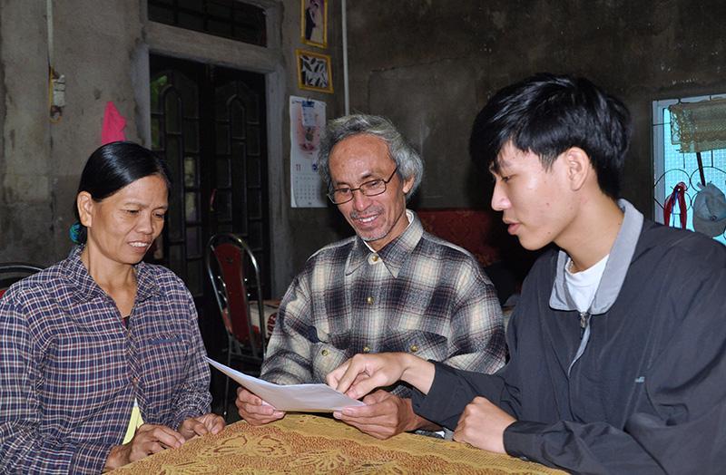 Nguyễn Hữu Lộc chia sẻ tin vui trúng tuyển vào Trường Đại học Nghiên cứu y khoa Quốc gia Nga N.I.Pirogov với ba mẹ - Ảnh: Q.H