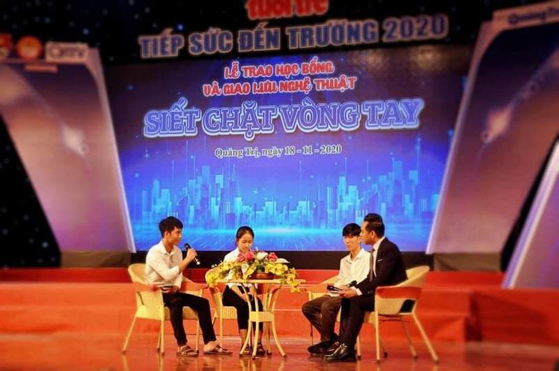 Nguyễn Hữu Lộc (thứ nhất từ trái sang) chia sẻ về hoàn cảnh của mình trong lễ trao học bổng Chương trình tiếp sức đến trường - Ảnh: Q.H
