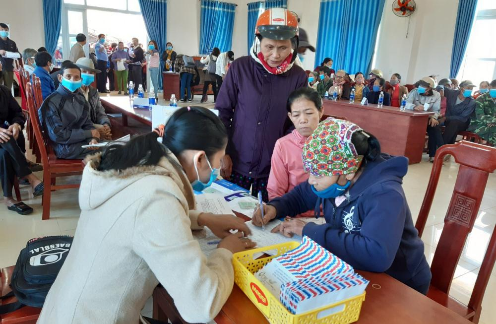 Trao tiền hỗ trợ đa mục tiêu cho người dân Cam Thủy