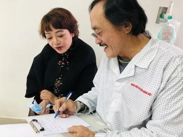 Nghệ sĩ Giang Còi bị mất tiếng, nhiều lúc phải viết ra giấy