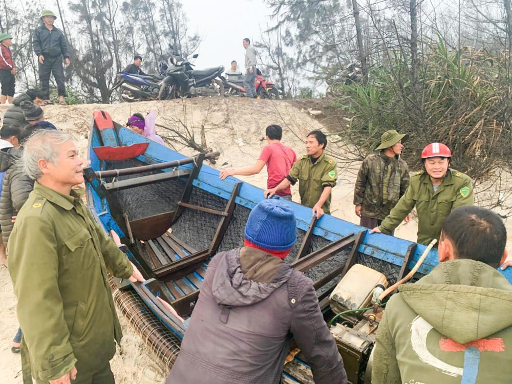Lực lượng chức năng xã Vĩnh Thái kịp thời đưa thuyền bị nạn vào bờ an toàn-Ảnh: Nguyễn Trang