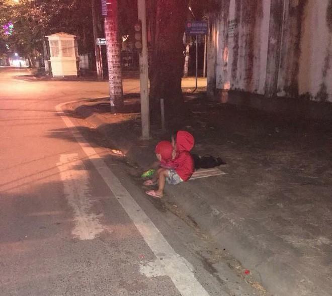 Hằng ngày cô bé đều ngồi một góc để ăn xin đến tận tối khuya