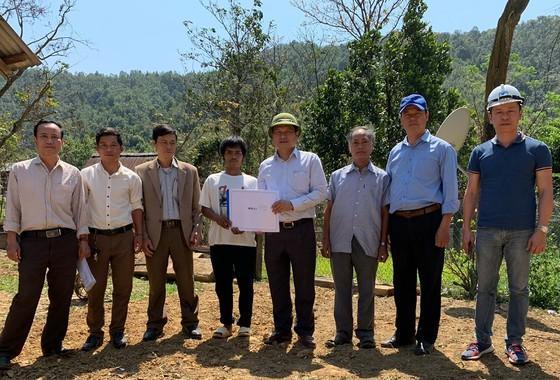 Ngành chức năng tỉnh trao bản thiết kế ngôi nhà cho người dân ở huyện ĐaKrông (tỉnh Quảng Trị) để tiến hành khởi công xây dựng