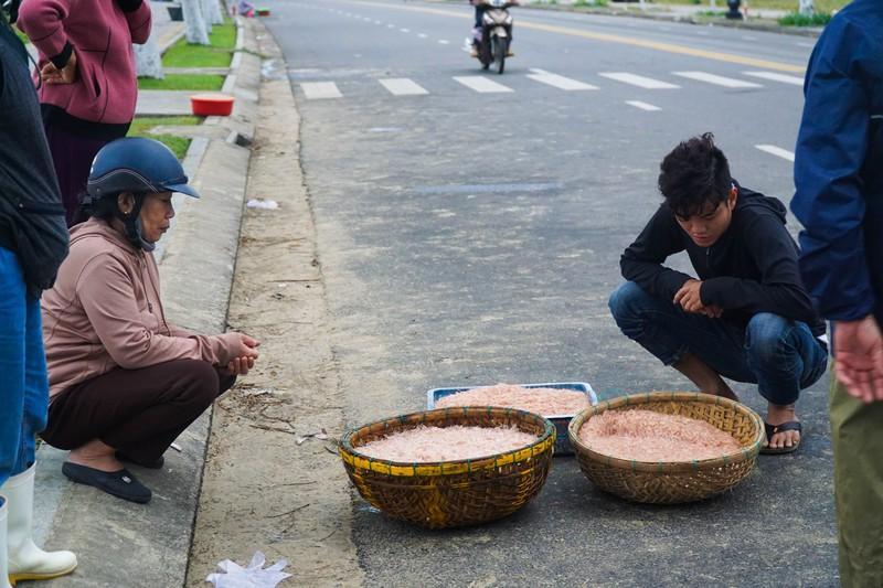 Nhiều người dân mua ruốc về chế biến món ăn cho gia đình.