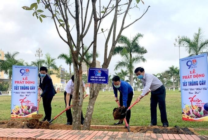 Tuổi trẻ Đà Nẵng ra quân Tết trồng cây hưởng ứng lời kêu gọi của Bác Hồ.
