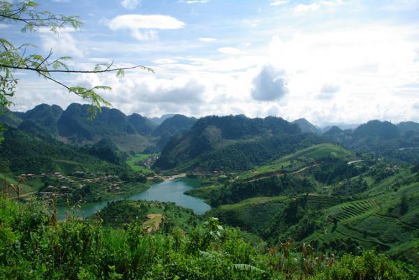 Bản làng dưới thung lũng bình yên, thơ mộng.Ảnh:vnexpress.net.