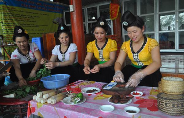 Phụ nữ Thái bản Him Lam 2