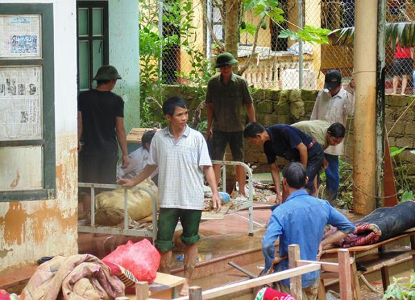 Cán bộ Trạm y tế xã Mường Lói khắc phục hậu quả sau trận lũ.