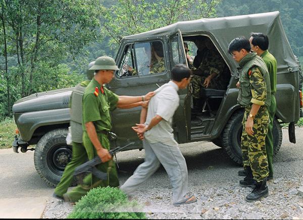 Bắt giữ đối tượng ma túy Lý Giống Minh tại xã Na Ư (huyện Điện Biên). Ảnh tư liệu