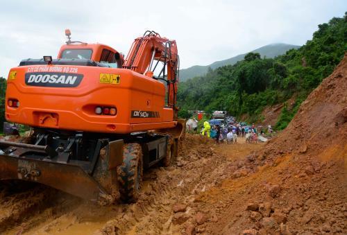 Khẩn trương khắc phục sự cố sạt lở 40.000m3 đất trên tuyến QL279. Ảnh: Xuân Tư/ TTXVN