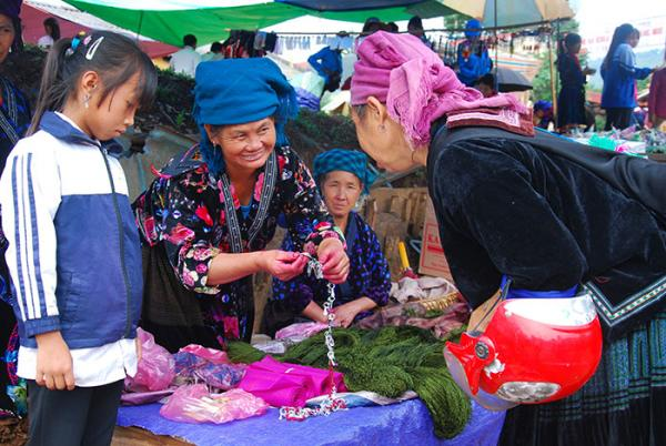 Chợ phiên không chỉ là nơi giao thương hàng hóa, nông sản mà còn thể hiện nhiều nét văn hóa truyền thống đặc trưng của các dân tộc Tủa Chùa.