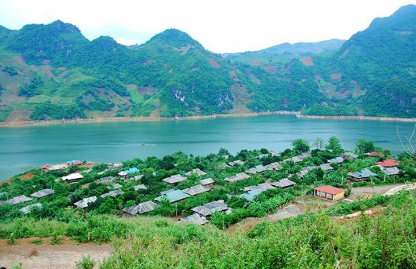 Vẻ đẹp sông nước đầy thơ mộng của lòng hồ thủy điện Sơn La.