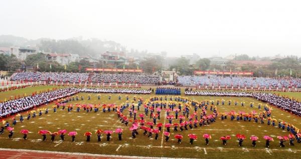 Màn đồng diễn của các em học sinh trong Lễ khai mạc Hội khỏe Phù Đổng tỉnh Điện Biên lần thứ 18, năm 2016.