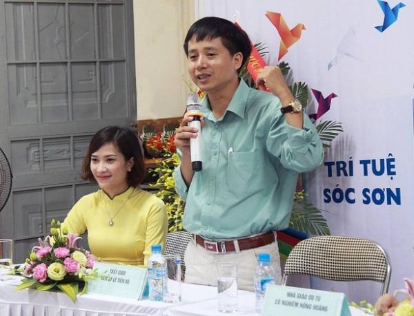 Tiến sĩ Lê Tiến Hà (bên phải).