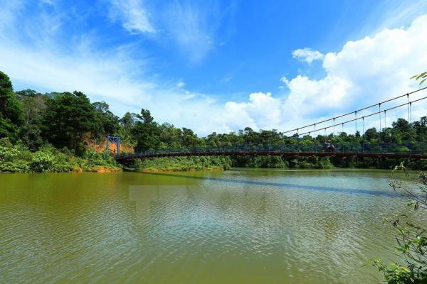 Hồ Pá Khoang có nhiều thảm thực vật phong phú, địa hình đa dạng, khí hậu tốt thích hợp cho việc nghỉ dưỡng... Ảnh: Phan Tuấn Anh/TTXVN
