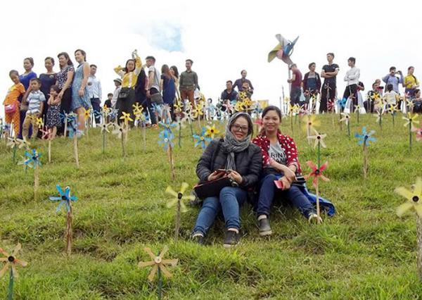 Nhiều bạn trẻ chọn những vị trí đẹp để chụp ảnh kỷ niệm.