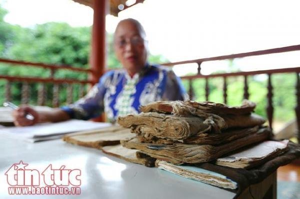 Những trang sách chữ Thái cổ trải qua thời gian đã sờn rách cần được giữ gìn và bảo tồn.