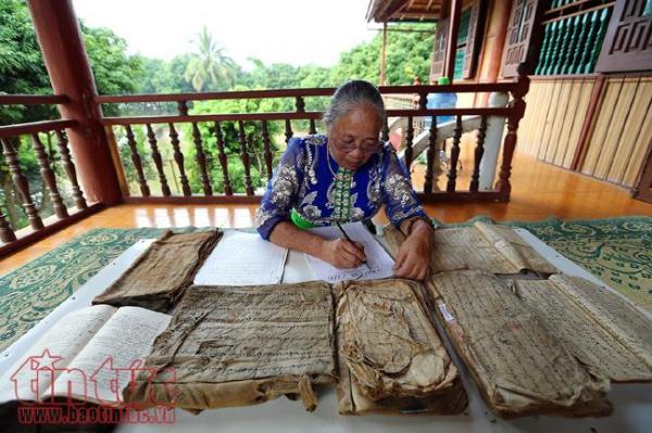 Nghệ nhân Lương Thị Đại nghiên cứu và sưu tầm chữ Thái cổ.