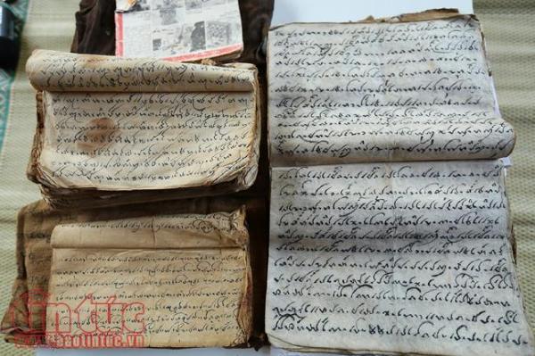Những quyển sách chữ Thái cổ được nghệ nhân Lương Thị Đại lưu giữ..