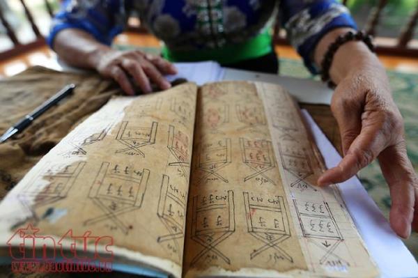 Theo năm tháng, những trang sách cổ bằng giấy dó đã bị sờn rách được nghệ nhân dán lại cẩn thận.