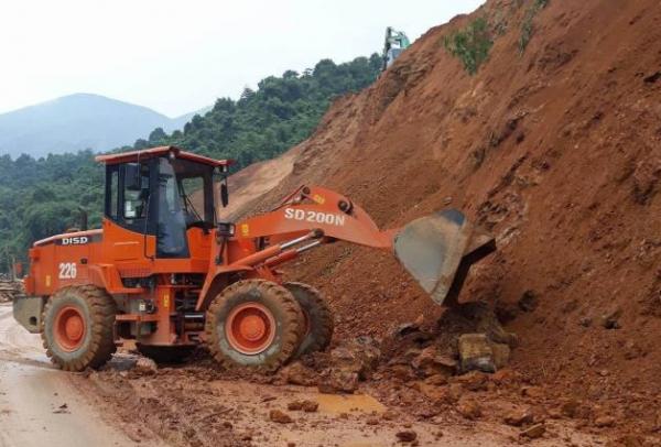 Xe ủi san ủi đất dọn mặt đường tại Km11 +300, Quốc lộ 279, thuộc địa bàn xã Chiềng Sinh, huyện Tuần Giáo. Ảnh: Văn Dũng/TTXVN