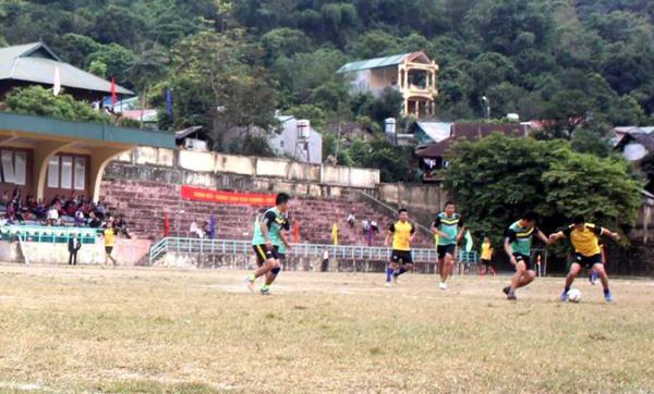 Trận chung kết giữa 2 đội bóng đá nam: Công an huyện và Dân Chính đảng huyện Mường Chà.