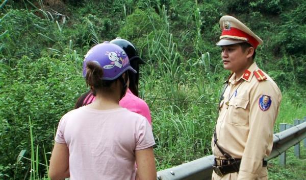 Lực lượng Công an vận động các nạn nhân sau khi đã được giải cứu.