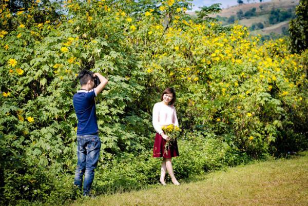 Nhiều bạn trẻ đã tìm và lưu lại những khoảnh khắc đẹp cùng hoa dã quỳ.