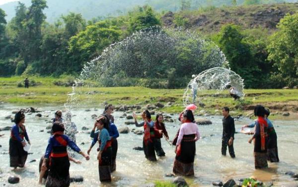 Tết té nước (Bun huột nặm) của người Lào tại xã Núa Ngam, huyện Điện Biên.
