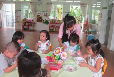 """Giờ ăn là giờ """"kinh hoàng"""" nhất của trẻ và cũng là giờ khiến giáo viên chịu nhiều áp lực nhất. ẢNh:N. T"""
