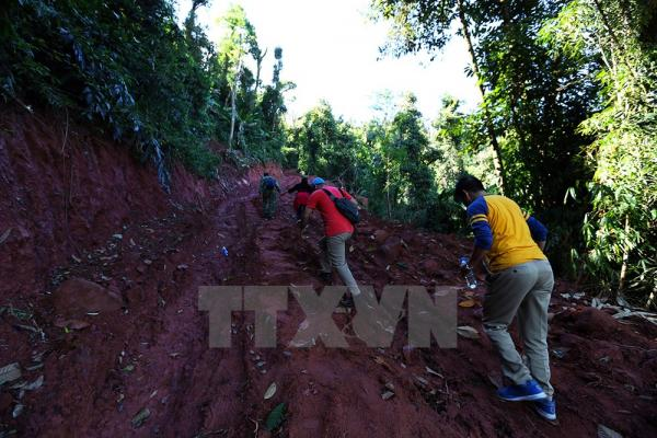 Tuy đường mới mở dễ đi nhưng du khách vẫn rất vất vả khi vượt qua những con dốc quanh co. Ảnh: Phan Tuấn Anh/TTXVN