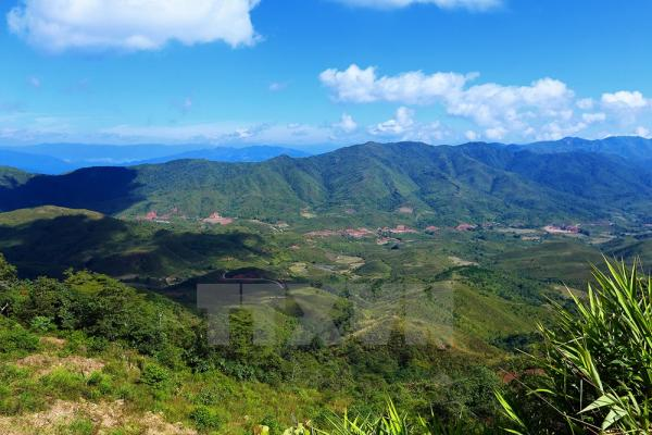 Cảnh hùng vĩ khi ngắm nhìn từ đỉnh núi Khoan La San. Ảnh: Phan Tuấn Anh/TTXVN