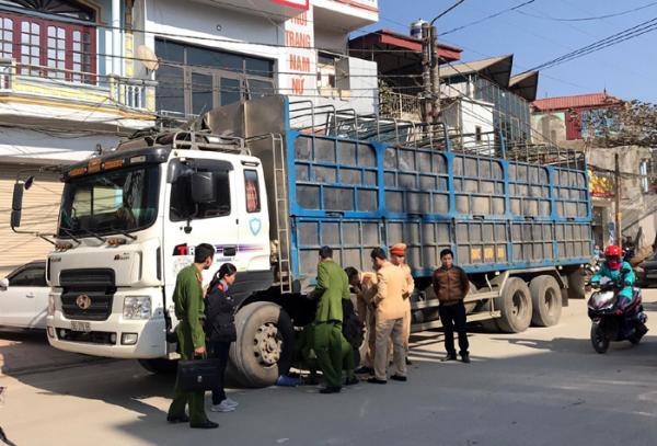 Các lực lượng chức năng thực hiện nhiệm vụ tại hiện trường vụ tai nạn.