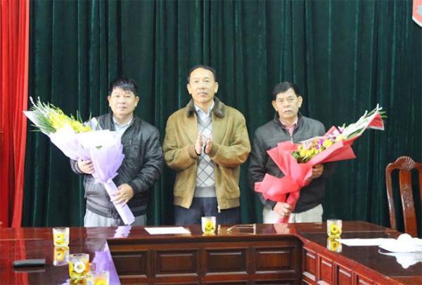Thiếu tướng Sùng A Hồng - Giám đốc Công an tỉnh cùng lãnh đạo Văn phòng UBND tỉnh và lãnh đạo các đơn vị thuộc Công an tỉnh đã đến thăm, động viên và thưởng nóng cho Ban Chuyên án.