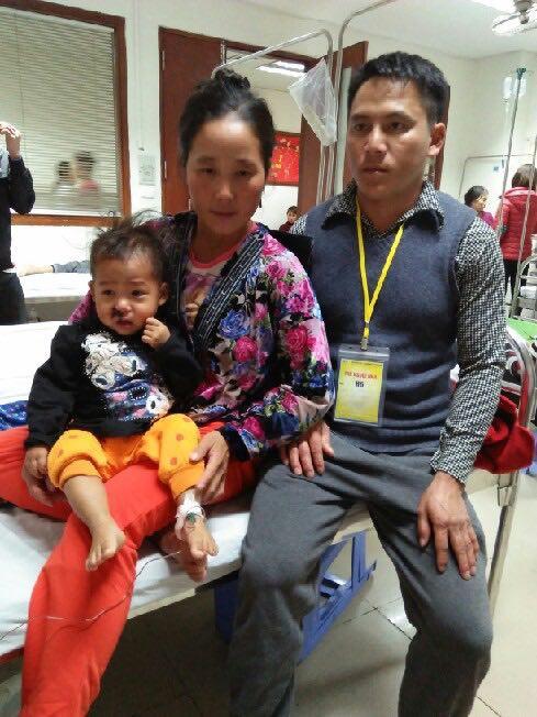 Rét đậm, nhưng anh Vừ A Lử và chị Giàng Thị Tình với đồ chống rét sơ sài đưa con về chữa bệnh ở Hà Nội.