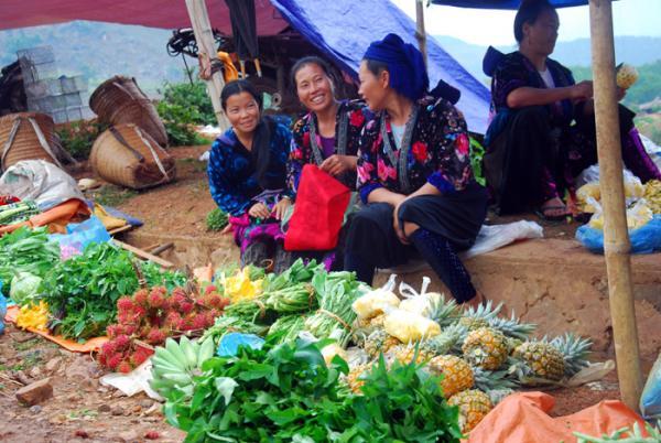 Chủ yếu các mặt hàng được bày bán tại chợ phiên Tủa Chùa đều là nông sản, thực phẩm, nông cụ do bà con tự sản xuất.