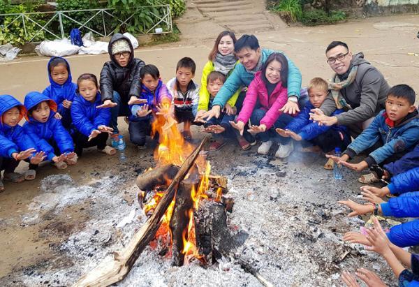 Những đứa trẻ ở Tủa Chùa trong chiếc áo ấm được trao từ Chương trình từ thiện do thầy giáo Nguyễn Tuân kết nối.