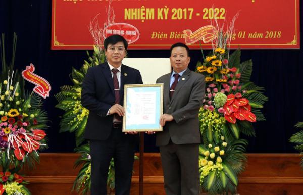 Thừa ủy quyền của Chủ tịch UBND tỉnh, ông Lê Hữu Khang, Giám đốc Sở Nội vụ (bên phải) trao Quyết định bổ nhiệm Hiệu trưởng Trường Cao đẳng Nghề Điện Biên cho ông Đoàn Thanh Quỳnh.