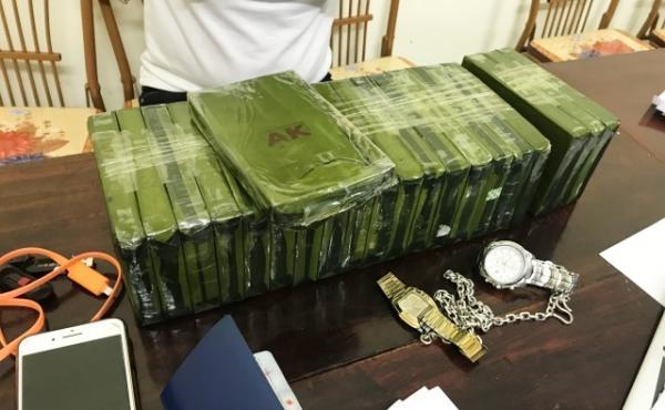 21 bánh heroin cùng một số vật chứng bị lực lượng công an thu giữ.