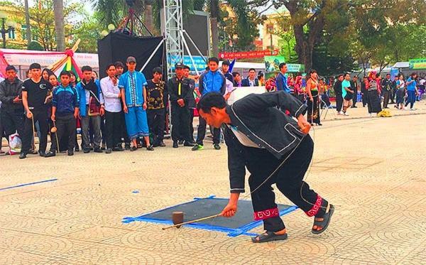 Tù lu môn thi đấu trong ngày Hội Văn hóa các dân tộc Tỉnh Điện Biên.