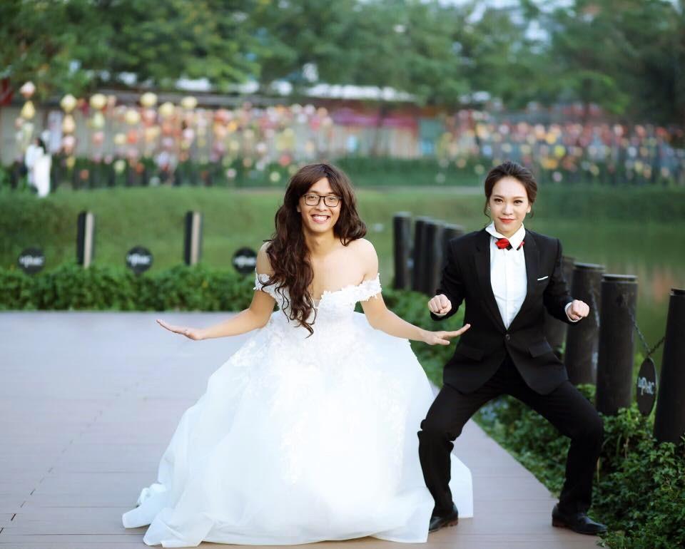 Để chiều lòng vợ sắp cưới, chú rể Nguyễn Minh không ngần ngại mặc chiếc váy cưới bồng bềnh, đội tóc giả và tô son.