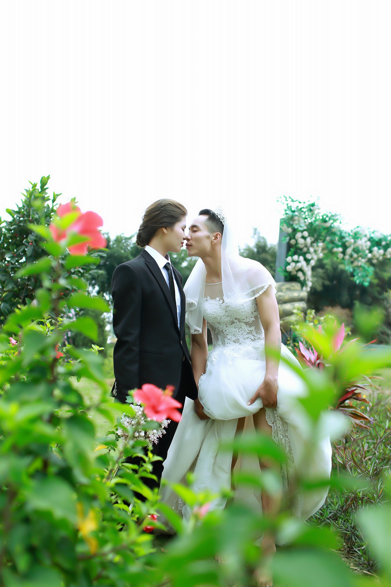 Một bạn khác không ngại ngần khoe chồng mình trong bộ váy cưới lên mạng xã hội. Nguồn: Lan Phạm