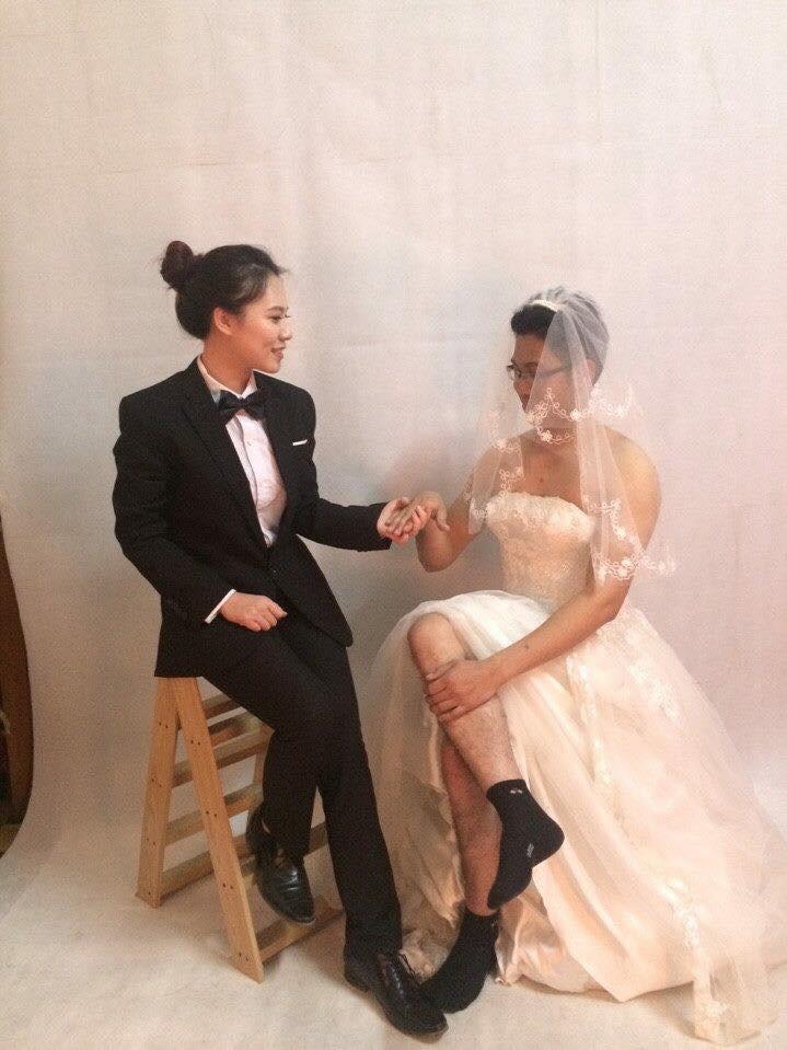 Một tài khoản không quên chia sẻ ảnh cưới độc đáo của anh mình từ gần 2 năm trước khiến nhiều người thích thú. Ảnh: Facebook Hiếu Hoàng