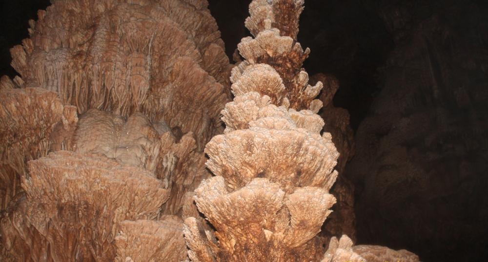 Những nhũ đá tựa những đèn chùm như có sự bài trí của con người tạo nên khung cảnh nguy nga và lộng lẫy.